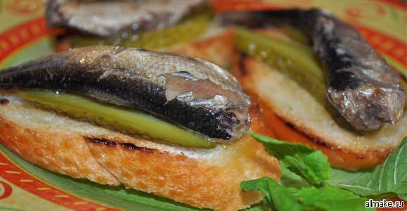 Бутерброды со шпротами и помидорами - рецепт с фото
